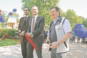 """""""Rotes Band"""" durchschnitten am Grünzug Rothenburgsorter Marktplatz"""